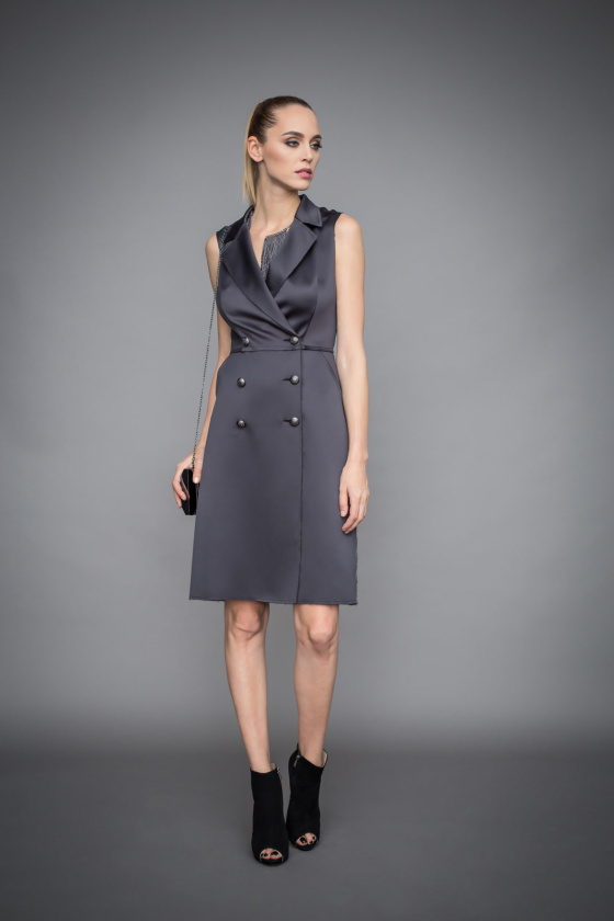 Dress with lapels and oversized buttons