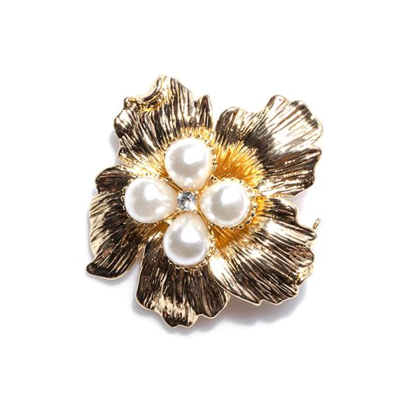 Brosa in forma de floare cu aplicatii tip perla