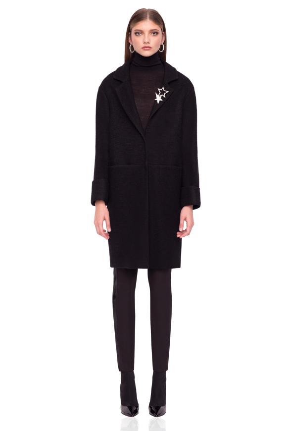 Elegant coat with oversized sleeves
