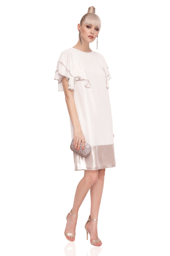 Loose dress with ruffled sleeves