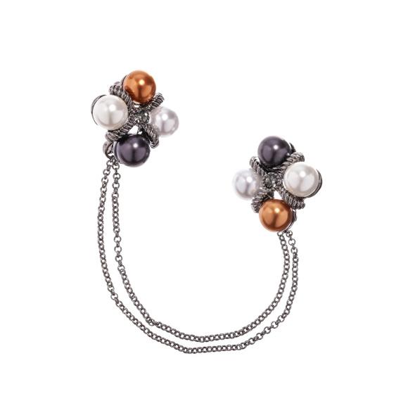 Brosa cu detalii tip perle si lant metalic