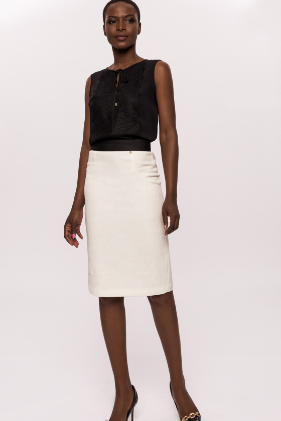 Contrasting detail skirt with back slit