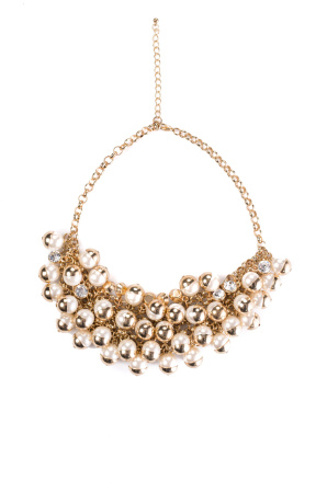 Necklace with shiny pearls