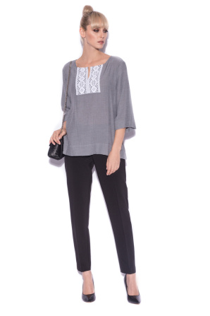Casual top with neckline detail