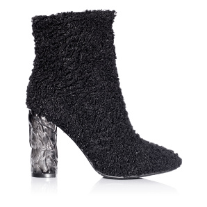 Elegant boots with round top