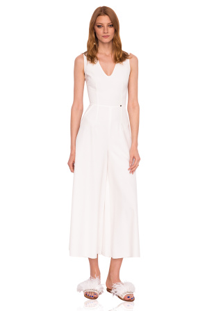 Elegant jumpsuit with V neckline