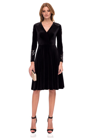 Elegant dress with sequin details on sleeves